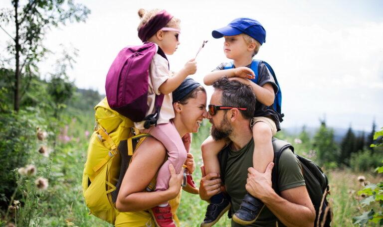 famiglia con bambini pratica il trakking
